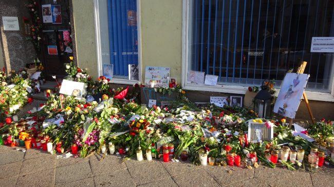 Goodbye David Bowie. Viele Blumen liegen vor seiner Wohnung in Berlin