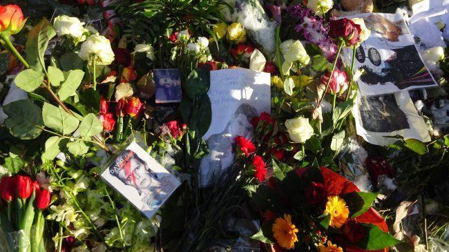 Goodbye David Bowie. Viele Blumen werden vor seiner Wohnung in Berlin abgelegt.
