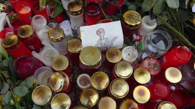 Goodbye David Bowie. Viele Grablichter werden vor seiner Wohnung in Berlin abgelegt.