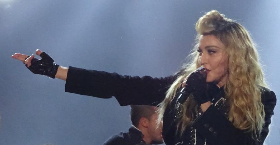 Madonna zeigt nach rechts. Sie war im Rahmen ihrer MDNA Tour in der O2 Arena in Berlin.