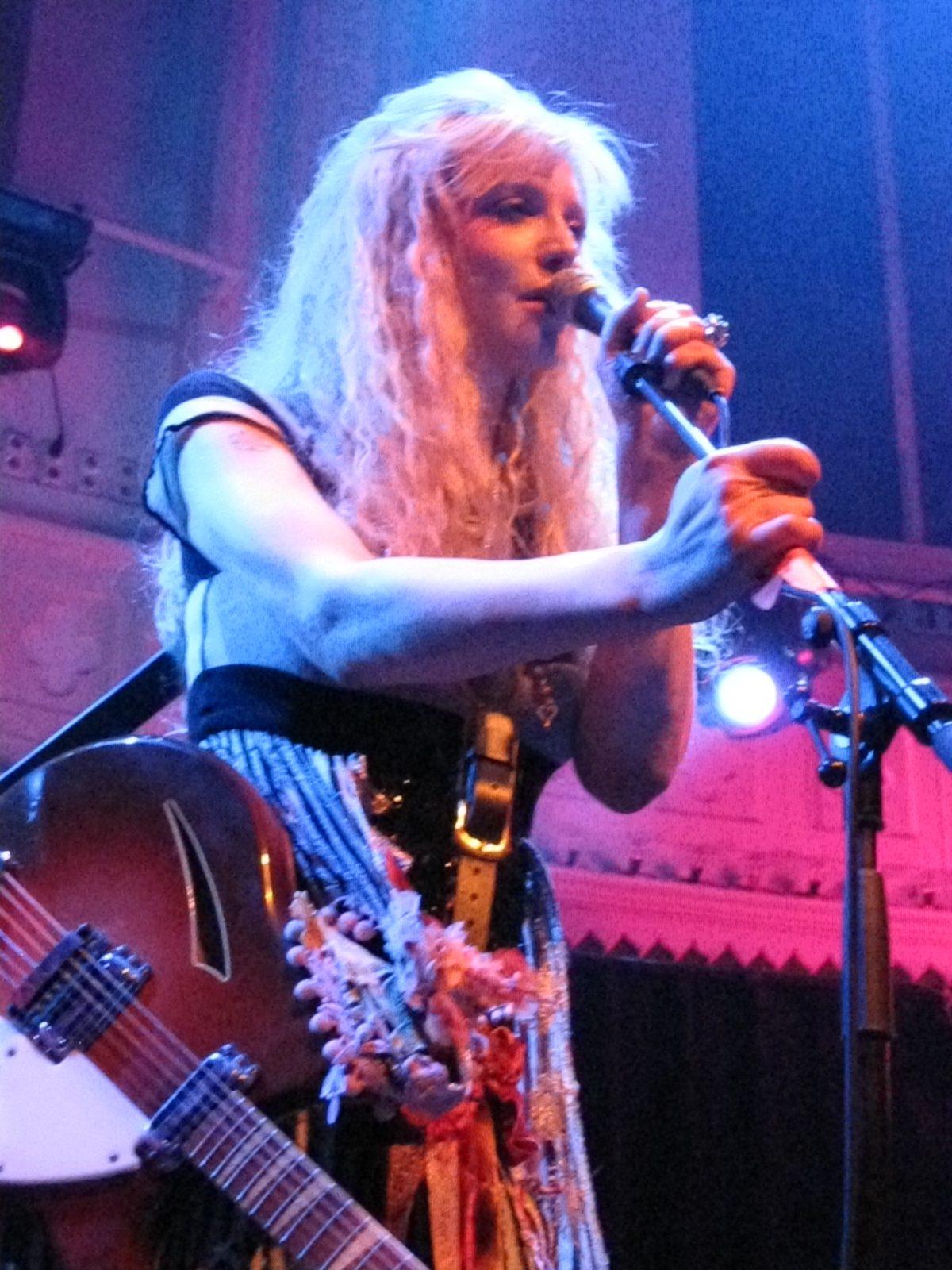 courtney-live-lila
