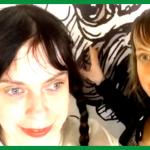 """Kerstin und Sandra Grether vor einer Wand. Screenshot aus dem Video """"Nur die Gefühle sind echt""""."""