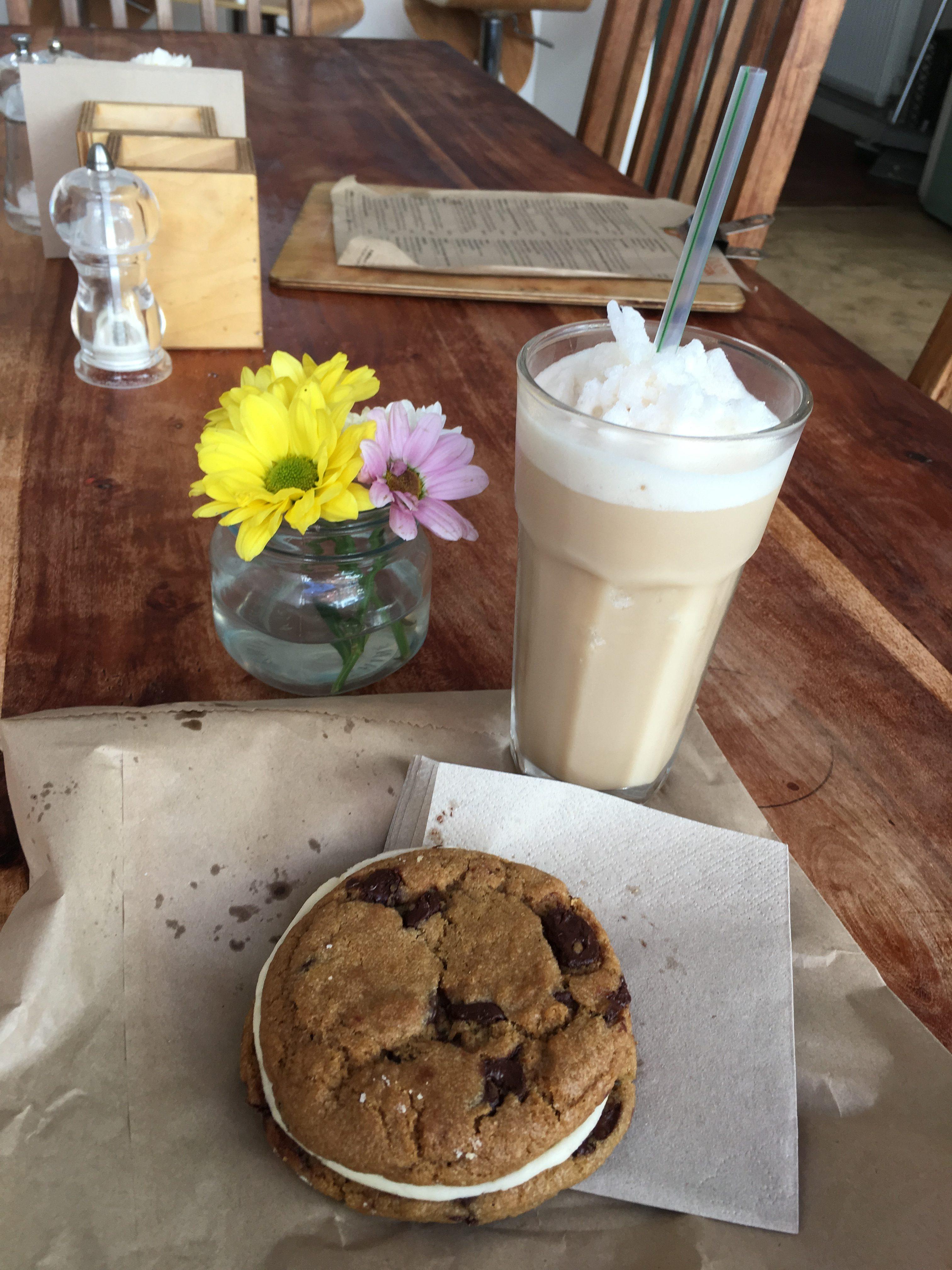 Zusehen sind ein veganer Eiscafe und ein veganes Eissandwich in einem Cafe in Brighton.