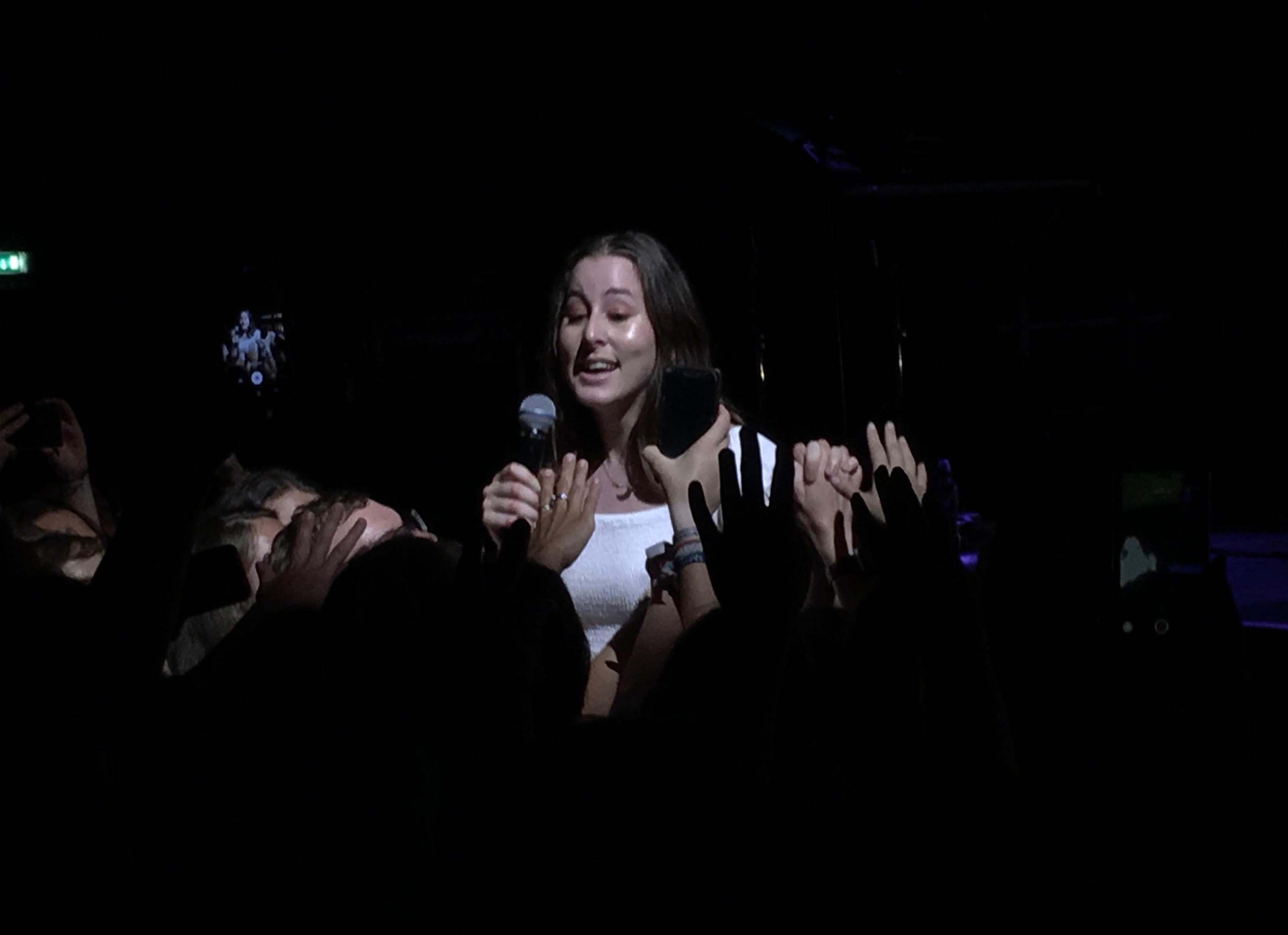 Alana Haim live in Berlin 2018. Sie ist im Bühnengraben, den Fans zugewandt.