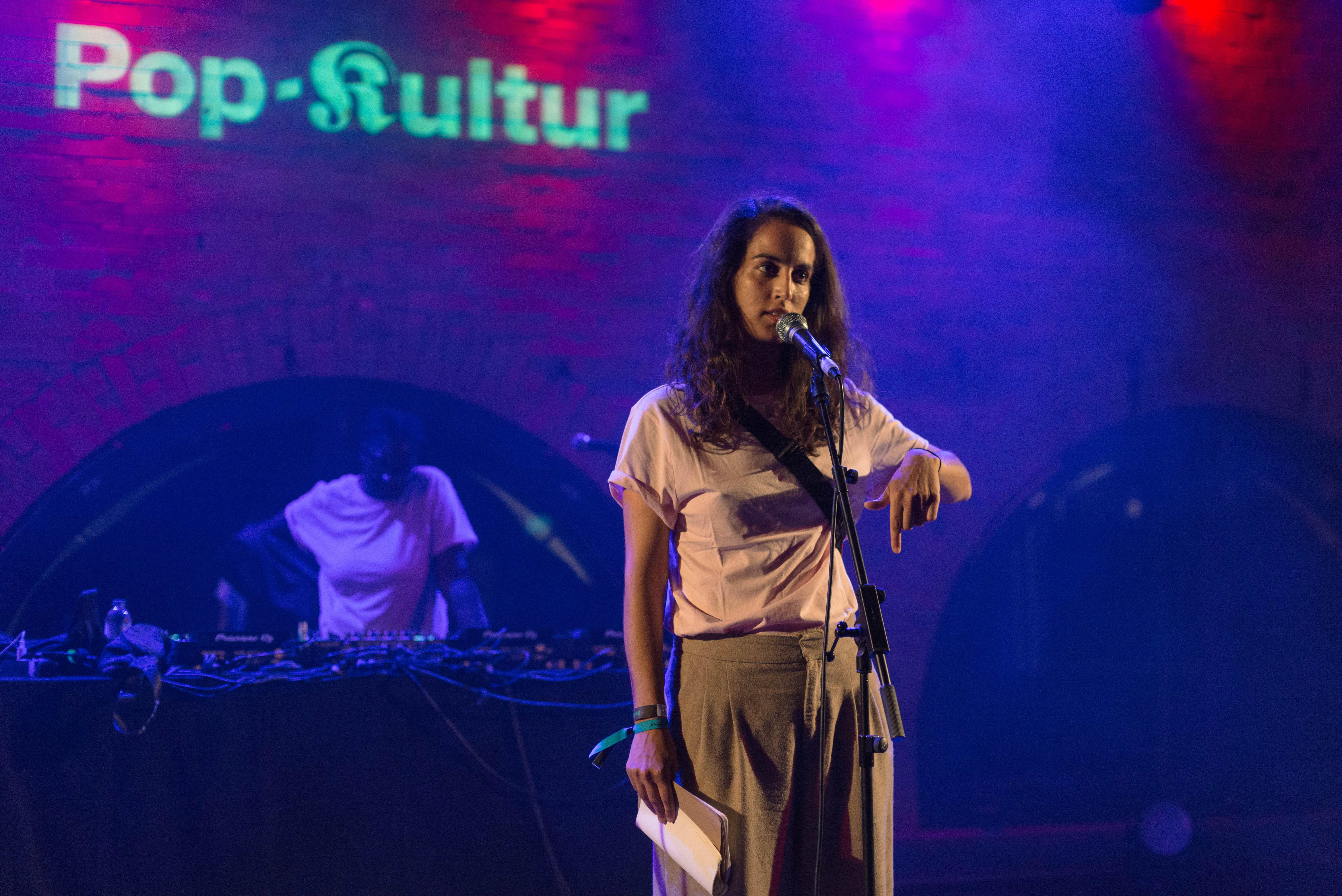 Ebow auf der Bühne bei der Pop-Kultur 2018 mit Notizbuch in der Hand