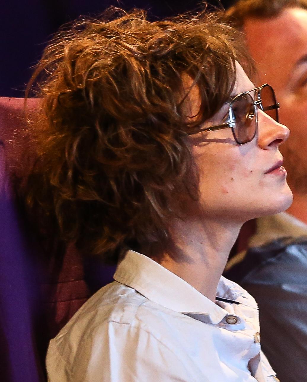 Josefine Rieks schaut sich selbst bei youtube zu.