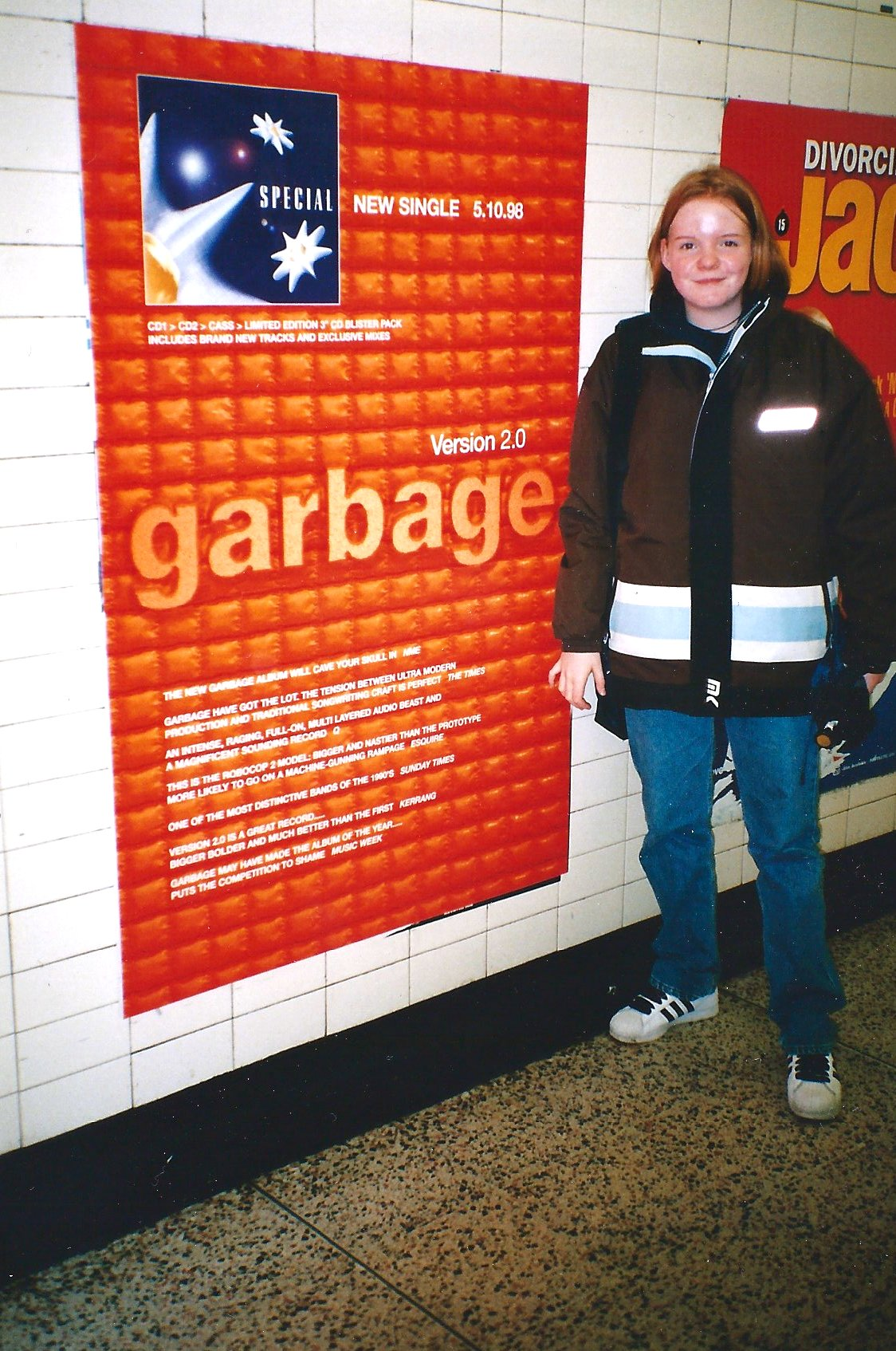 Nina 1998 vor einem Garbage Version 2.0 Plakat in London