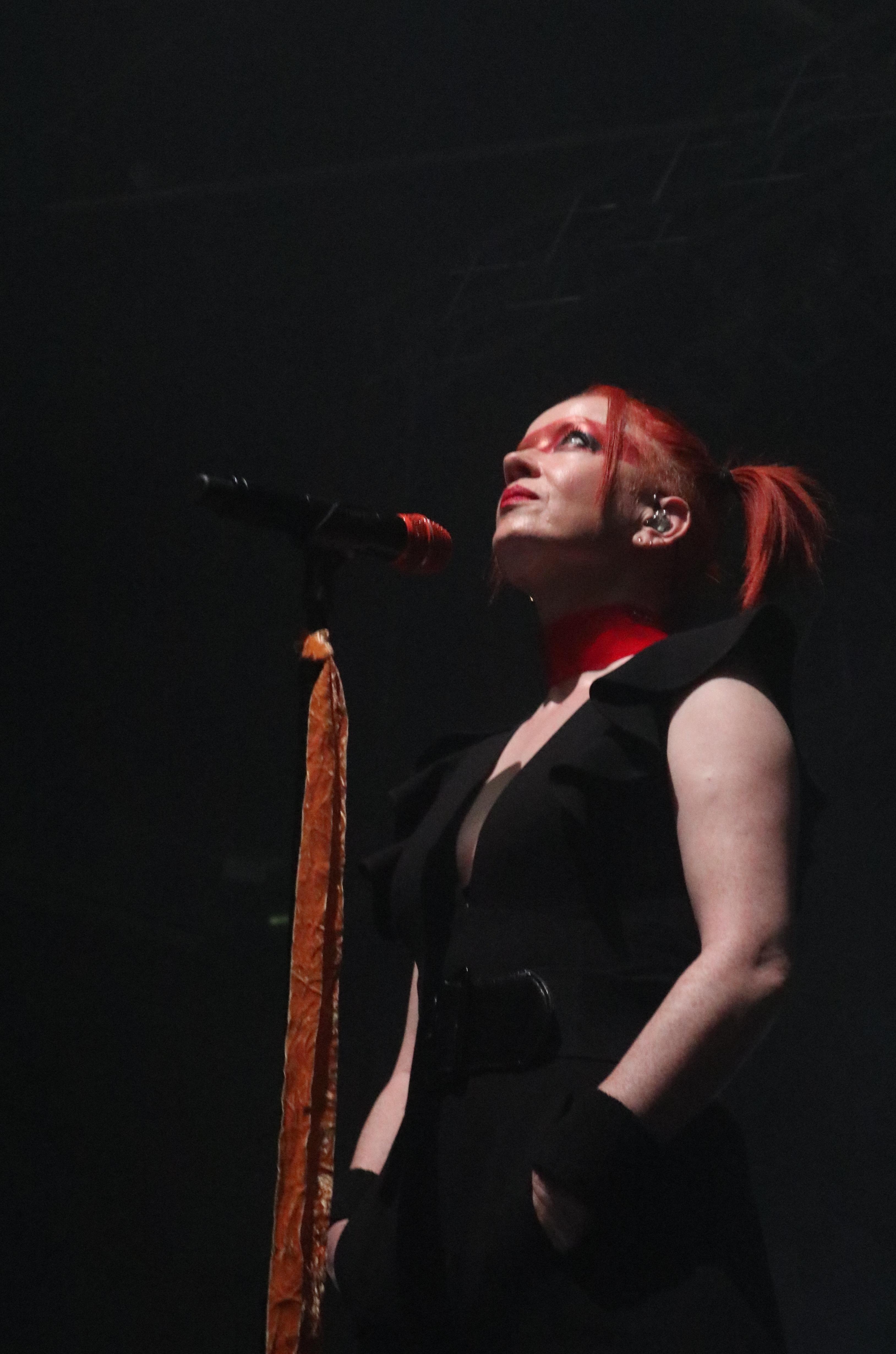 Shirley Manson schaut gen Himmel