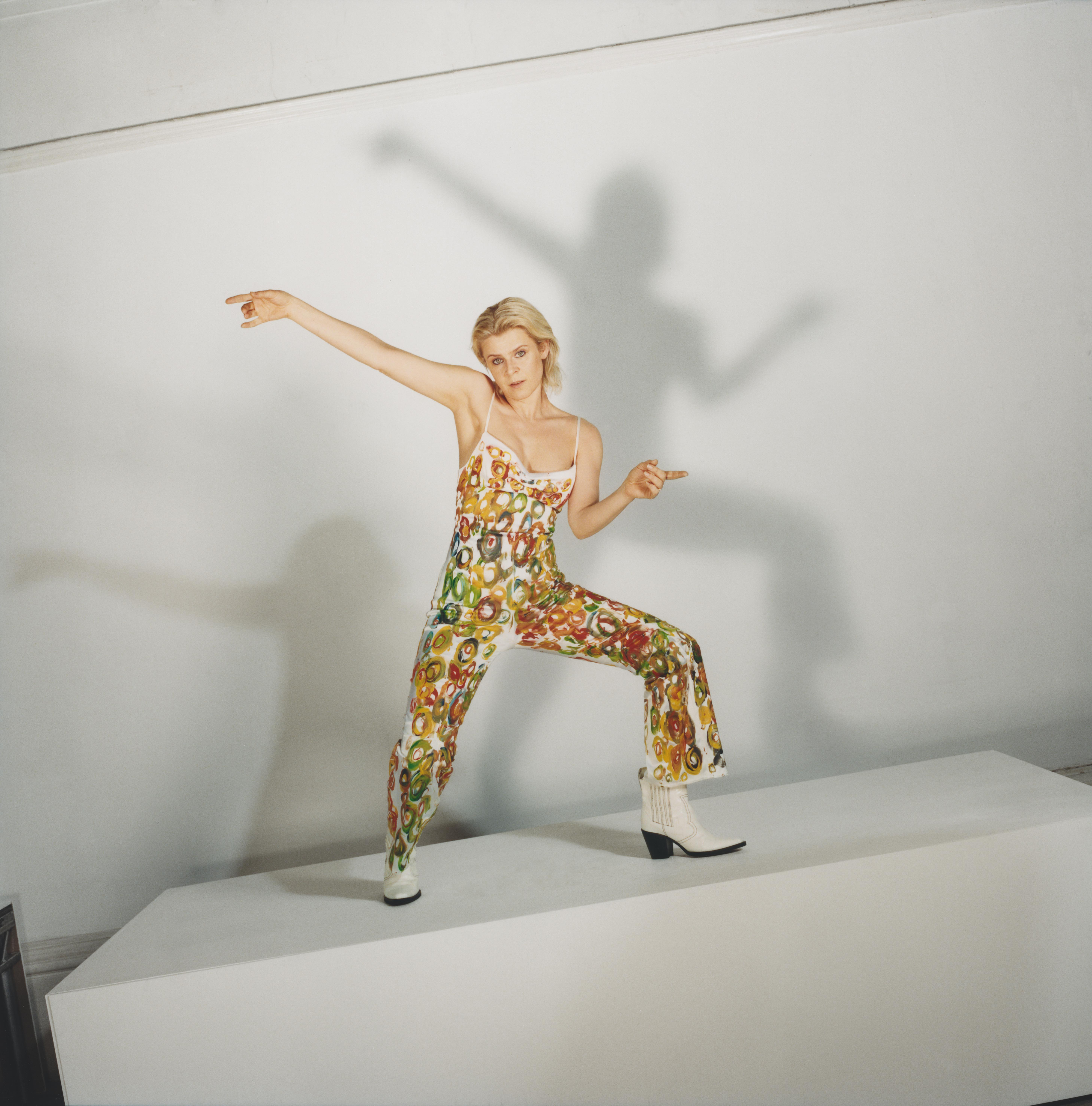 Robyn steht in einem Fotostudio vor einer weißen Wand