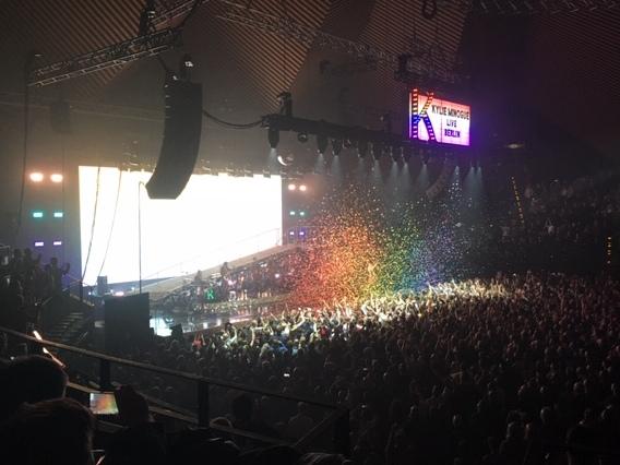 Regenbogen Glitzer beim Kylie Konzert in Berlin. Foto: Pop Ate My Heart