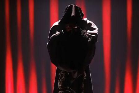 Madonna ist durch einen schwarzen Umhang so verhüllt, das man sie nicht erkennen kann. Sie erinnert an Darth Vader aus Star Wars.