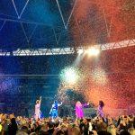 Geri, Melanie C, Emma und Mel B sind von hinten im Wembley Stadion zu sehen. Die Spice Girls stehen in einem Regen aus Regenbogenkonfetti