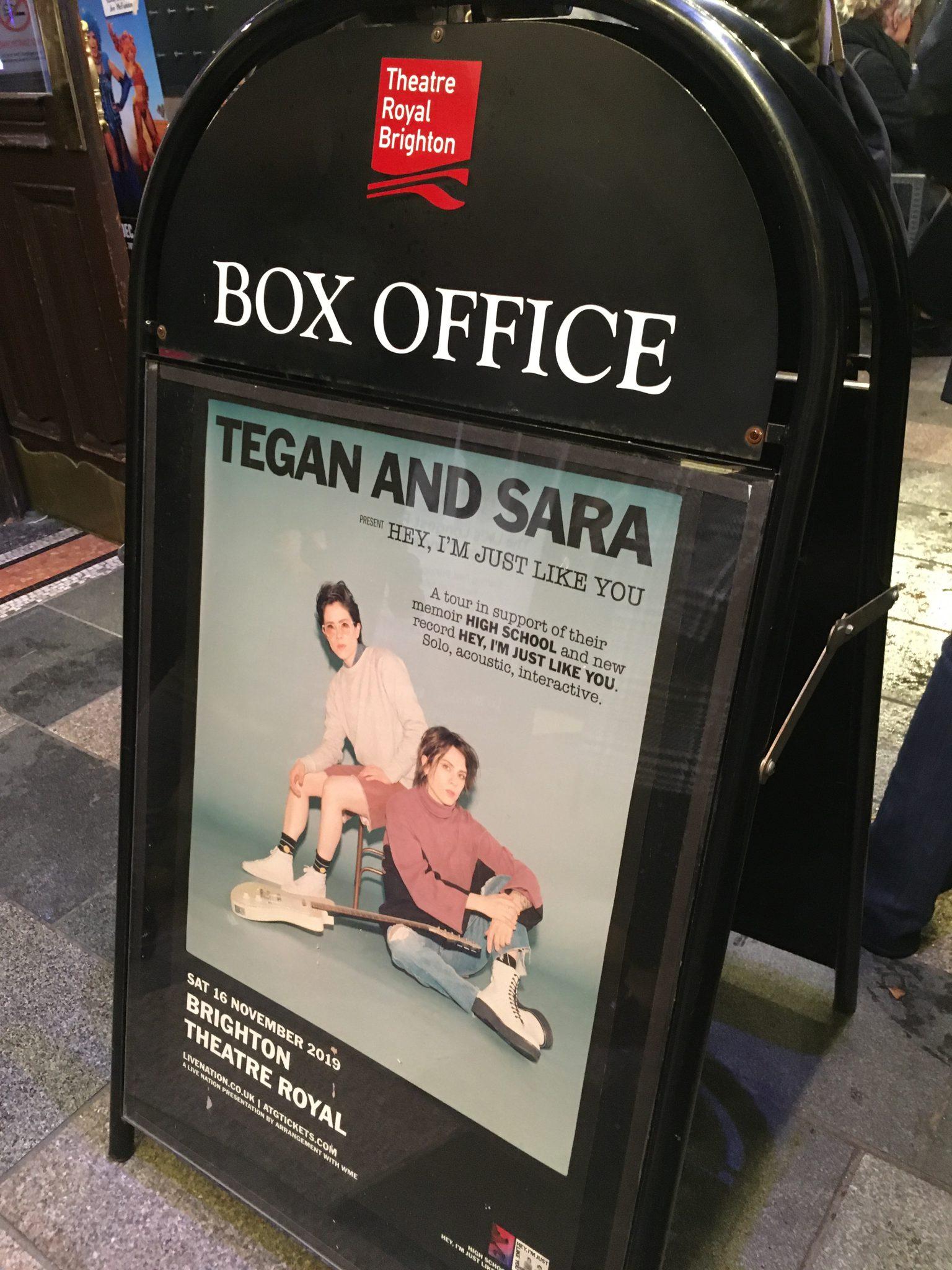 Tegan and Sara Aufsteller vor dem Brighton Royal Theatre