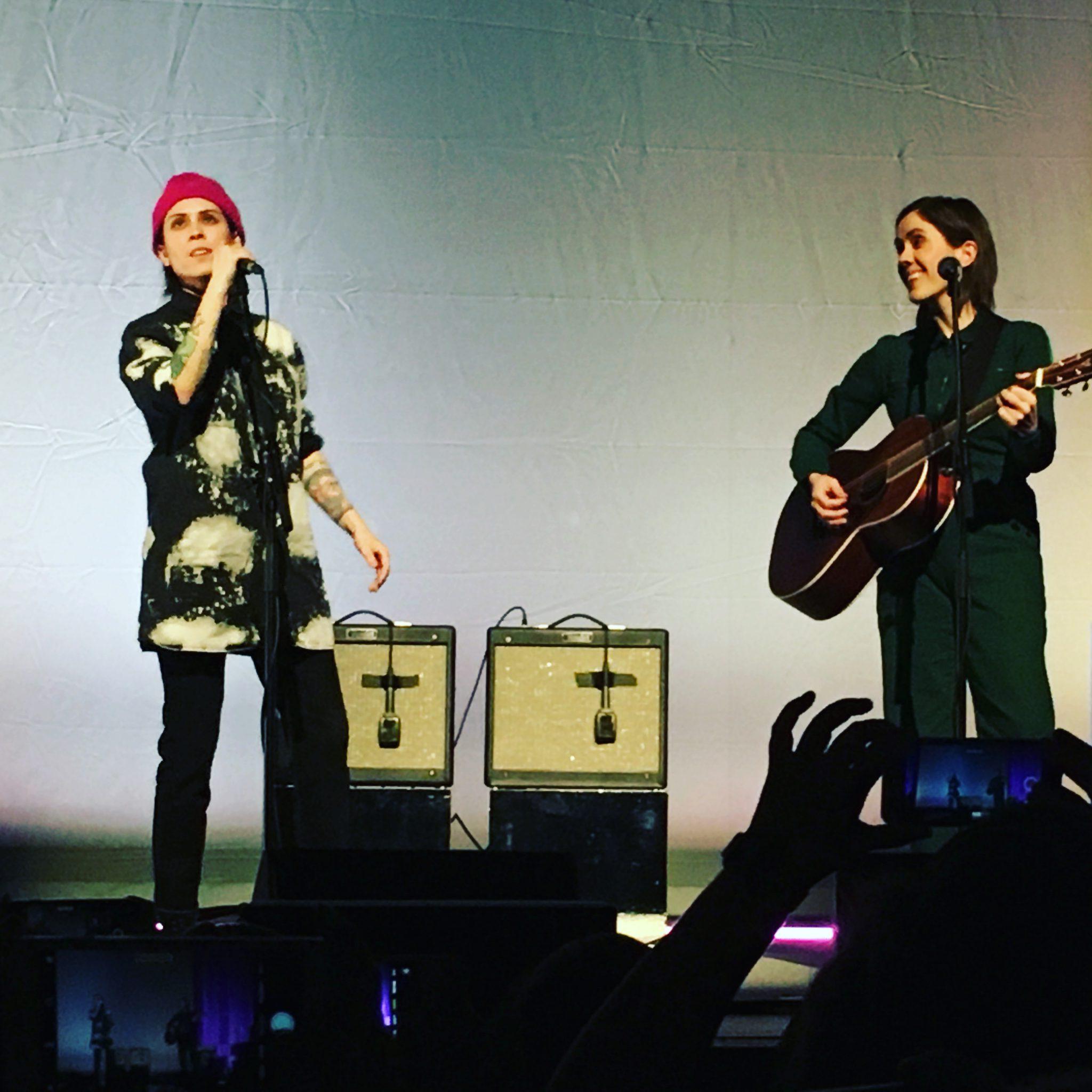 Tegan and Sara live auf der Bühne in Brighton