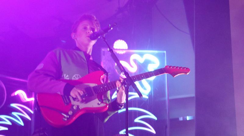 La Roux spielte in Berlin Gitarre
